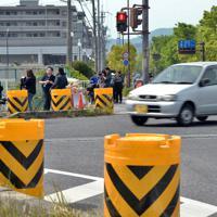 事故の後、現場に置かれたクッションドラム=大津市で2019年5月10日午前9時47分、小松雄介撮影