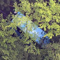 道路脇の山中に転落したバス=群馬県南牧村で2019年5月10日午後5時26分、本社ヘリから丸山博撮影