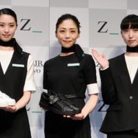 披露されたZIPAIRの制服=東京都渋谷区で2019年4月11日、中村宰和撮影