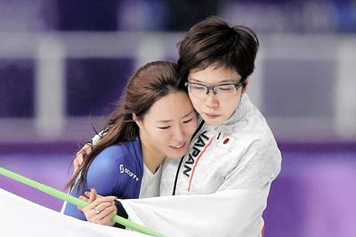 スピードスケート女子500メートルで2位となり小平奈緒(右)に肩を抱かれ涙を流す李相花=江陵オーバルで2018年2月18日、佐々木順一撮影