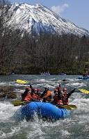 Visitors enjoy rafting down the Shiribetsu River, swollen with snowmelt from Mount Yotei, in the town of Niseko, Hokkaido, on April 29, 2019. (Mainichi/Kan Takeuchi)