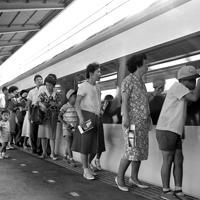 「夢の超特急」ひかり号一般公開で新幹線0系車両をのぞき込む子供たち=東京駅で1964年7月