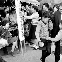 携帯電話、スマートフォンもなかった時代。でんてこ舞いの迷子相談所=台東区・上野動物園で1963年4月