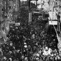 映画館や劇場などが建ち並び、大にぎわいだった浅草=1962年