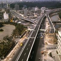 完成直後の首都高速4号新宿線。中央上は赤坂見附交差点。交差点手前が千代田区、奥が港区=1964年8月、本社ヘリから