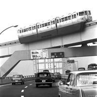 オリンピック開幕を前に走行する東京モノレールの試運転車両。モノレールは64年9月17日に開業した。下は首都高速1号羽田線=港区港南で同年9月、米津孝撮影