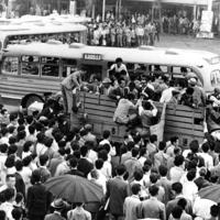 京浜東北線が事故で不通となったため、代替輸送のトラックに殺到する通勤者=埼玉・大宮駅前で1962年5月