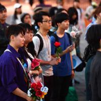 性暴力に抗議して花を手に集まる人たち=大阪市北区で2019年5月11日午後7時4分、望月亮一撮影