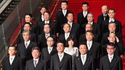 記念撮影に応じる第4次安倍改造内閣の閣僚=首相官邸で2018年10月2日、竹内紀臣撮影