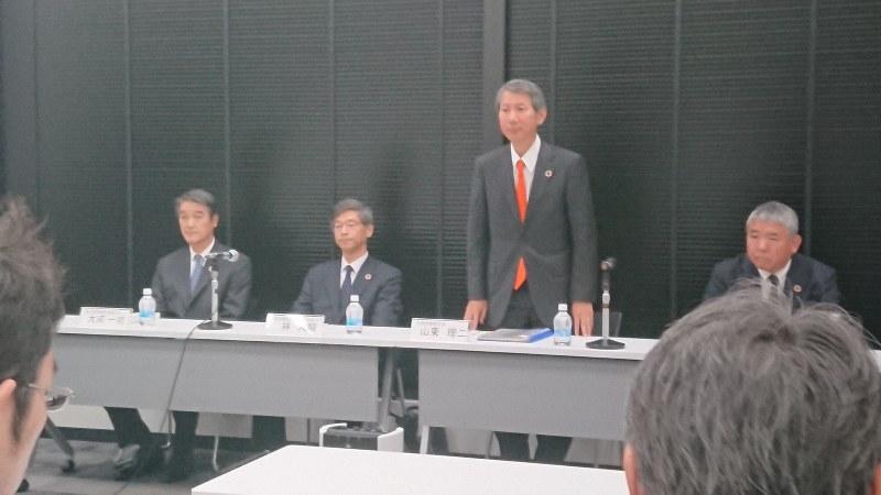 決算説明の記者会見にのぞむ千代田化工建設の経営陣=東京都内で2019年5月9日、今沢真撮影