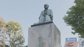 JR深谷駅前にある渋沢栄一像=2019年4月18日、田中学撮影