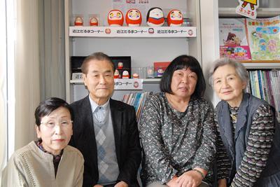 「近江だるまの灯を絶やさず東近江に残したい」と話す谷村昭仁さん(左から2人目)と近江だるま保存会の皆さん=滋賀県東近江市林町で、大坪康巳撮影
