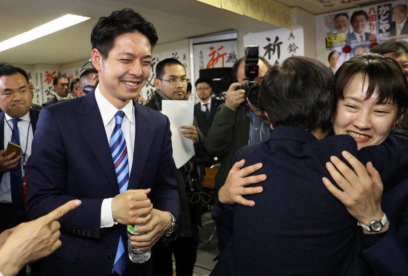 鈴木直道氏(中央左)が初当選した北海道知事選。世論調査は有権者の動向をどこまで反映したのか=札幌市中央区で2019年4月7日、貝塚太一撮影