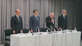 決算会見の冒頭、検査不正問題で謝罪するスズキの鈴木修会長=東京都内で2019年5月10日、今沢真撮影