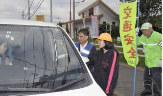 交通安全の啓発グッズを手渡す参加者たち=茨城県龍ケ崎市で