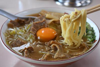 「徳島ラーメン」としてブレークした「いのたに」の中華そば。中央の生卵を解くとまろやかな味わいに=徳島市西大工町で2019年4月12日、大坂和也撮影
