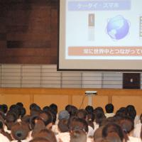 梅川さん(左奥)の話に耳を傾ける児童ら