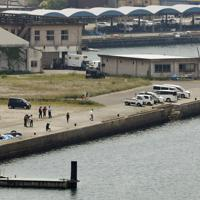 4人が乗った車両が転落した阿久根港=鹿児島県阿久根市で2019年5月13日午前11時27分、本社ヘリから