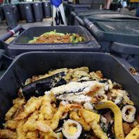 廃棄される恵方巻きの材料とみられる食品=相模原市中央区で2019年2月3日午前11時8分、小川昌宏撮影