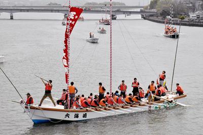 練習に取り組む大海崎地区の櫂伝馬船。本番では船行列の先頭を行く=松江市の大橋川で、前田葵撮影