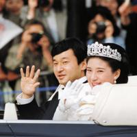 結婚祝賀パレードでオープンカーから手を振る皇太子さま(当時)と雅子さま=東京・千代田区の最高裁判所前で1993年6月9日午後(代表撮影)