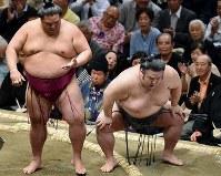 取組後に膝を押さえる貴景勝(右)=東京・両国国技館で2019年5月15日、滝川大貴撮影