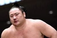 鼻血を出しながらも、3日連続の白星を挙げた琴恵光=東京・両国国技館で2019年5月15日、北山夏帆撮影
