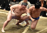 琴恵光(左)が押し倒しで若隆景を降す=東京・両国国技館で2019年5月15日、滝川大貴撮影