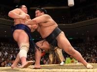 高安(右)が突き出しで北勝富士を降す=東京・両国国技館で2019年5月15日、北山夏帆撮影