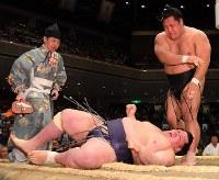 松鳳山(上)が上手投げで阿武咲を破る=東京・両国国技館で2019年5月15日、北山夏帆撮影