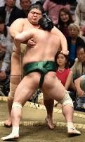 佐田の海(手前)が寄り切りで志摩ノ海を破る=東京・両国国技館で2019年5月15日、滝川大貴撮影