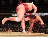 阿炎(左)が上手投げで大栄翔を破る=東京・両国国技館で2019年5月15日、北山夏帆撮影