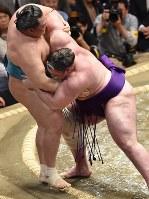 栃ノ心(右)が寄り切りで玉鷲を降す=東京・両国国技館で2019年5月15日、滝川大貴撮影