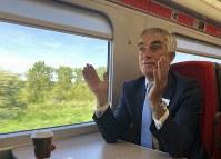 「最新鋭の鉄道車両だ」。試乗したロンドン北東鉄道(LNER)のロビン・ギズビー会長は「AZUMA(あずま)」の快適さを強調した=2019年5月14日午前11時、三沢耕平撮影
