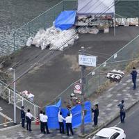 保育園児らの列に車が突っ込んだ事故現場を調べる滋賀県警の捜査員ら=大津市で2019年5月15日午前10時49分、本社ヘリから