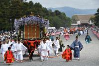 京都御所を出発する葵祭の行列=京都市上京区で2019年5月15日午前10時50分、川平愛撮影