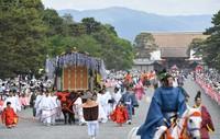 京都御所を出発する葵祭の行列=京都市上京区で2019年5月15日午前10時49分、川平愛撮影