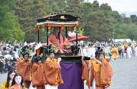 京都御所を出発する葵祭の行列=京都市上京区で2019年5月15日午前11時6分、川平愛撮影