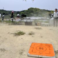 スピーカーを搭載してカラス撃退実験をするドローン=佐賀県唐津市で、原田哲郎撮影