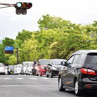 右折専用車線にできた車の列(奥)。夕方の帰宅時間帯になると、多くの車が並ぶ=大津市大萱6の滋賀県道交差点で2019年5月14日午後5時34分、諸隈美紗稀撮影