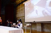 VR機器を使って、ながらスマホの危険性を体感する生徒ら=富山市八木山の市立大沢野中学校で、森野俊撮影