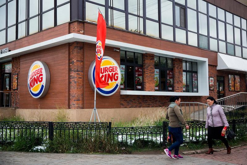モンゴルの首都ウランバートルに出店したバーガーキング=2018年9月(Bloomberg)