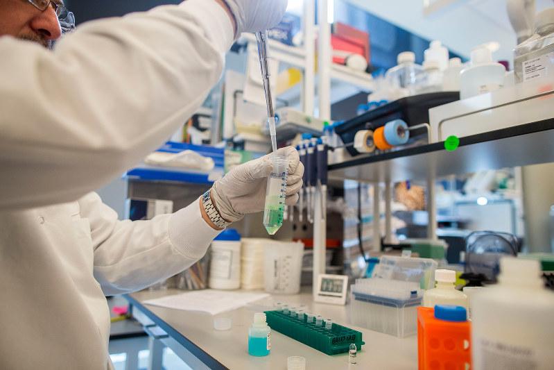 薬価の狙い撃ちは新薬開発の意欲を損なうとの声が上がる(Bloomberg)