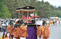 The Aoi Festival parade departs from the Kyoto Imperial Palace in Kyoto's Kamigyo Ward on May 15, 2019. (Mainichi/Ai Kawahira)