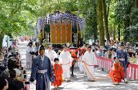 The Aoi Festival parade proceeds through the premises of Shimogamo Shrine in Kyoto's Sakyo Ward on May 15, 2019. (Mainichi/Ai Kawahira)
