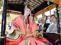 Rika Ouno, 23, who plays the heroine of this year's Aoi Festival, is seen off by her parents as the festival parade sets out, in Kyoto's Kamigyo Ward on May 15, 2019. (Mainichi/Ai Kawahira)