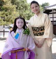 Megumi Shigeyama, 9, who plays an attendant of the Aoi Festival heroine, and her mother Akiko are seen at the Kyoto Imperial Palace in Kyoto's Kamigyo Ward, on May 15, 2019. (Mainichi/Satoshi Fukutomi)