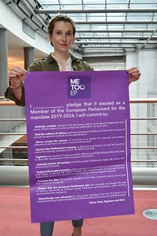 性差別やセクハラの根絶に向けた誓約書のポスターを掲げるジャンヌ・ポンテさん。間近に控えた欧州議会選挙で、すべての候補者に署名を求めている=ブリュッセルの欧州議会で2019年4月29日、八田浩輔撮影