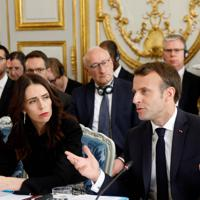 ネットのテロ悪用対策を協議する国際会議に出席したマクロン仏大統領(右)とアーダンNZ首相=パリで2019年5月15日、ロイター