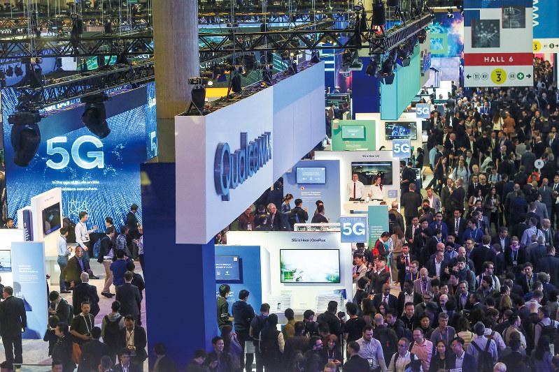 スペイン・バルセロナで今年2月開かれた世界最大の携帯電話見本市「MWC」には5Gを活用したクルマやドローンなど多様な企業が出展(Bloomberg)
